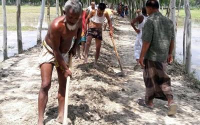 村人の手で道路修復