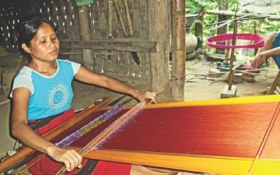 機織りで先住民女性に収入を