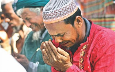 祈りを捧げる人々