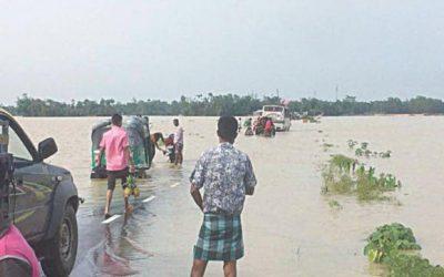 洪水で10万人孤立