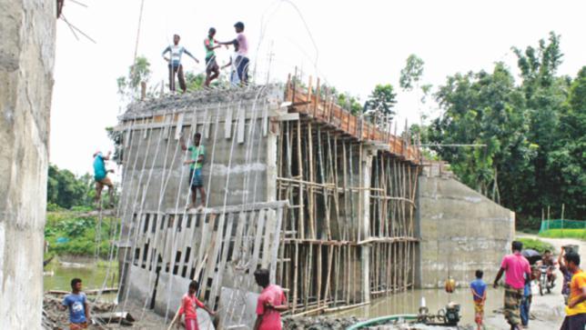 建設中の橋が崩壊
