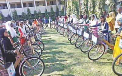 優秀な女子生徒に自転車