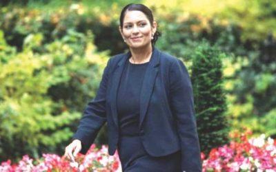 英国の援助大臣、イスラエルの旅行にわたる袋に直面