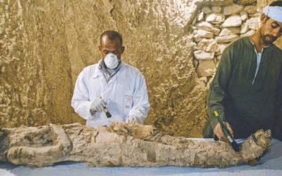 ルクソールの墓からミイラ