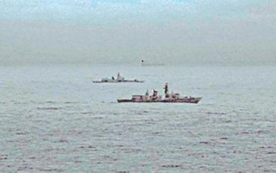 英国のフリゲートはロシア軍艦を護衛する