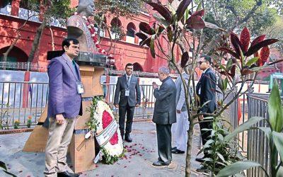 Pranab MukherjeeはPritilata Waddedarに敬意を表する