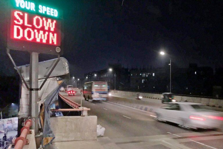 超過スピードで走る高架道路