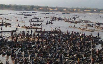 数百の小型ボート