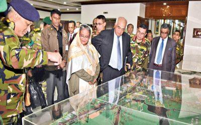 シェイク・ハシナ首相は運河の模型を見ている