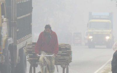 濃い霧が道路をぼかす