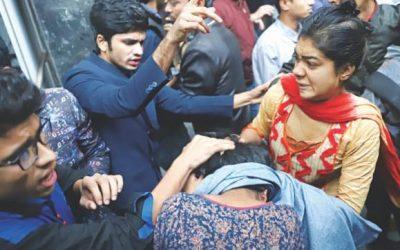 シットインの攻撃:BCLの男性が抗議者を襲う