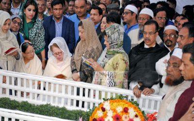 BNP議長のKhaleda Zia、祈りを提供する親戚や党の指導者とともに