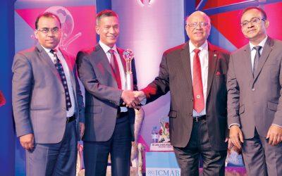 AMA Muhith、Janata Bankに2016年最優秀企業賞を譲渡