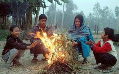 Rajshahiの人々の労働者階級は、寒い冬の風を感じる
