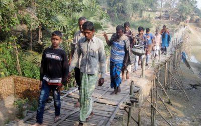 通勤者はAdamdighi UZのNagor川を渡る橋の不在で苦しむ