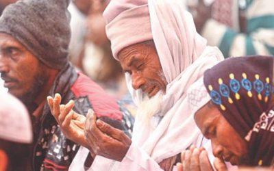 神の祝福を求める人々