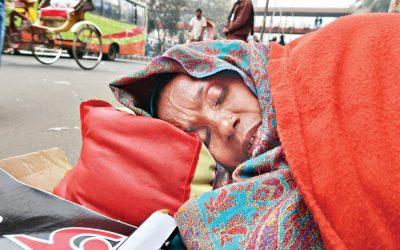 疲れた先生が進行中の飢えのストライキの間に眠りにつく