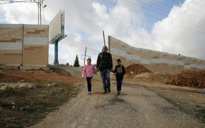 イスラエルの壁に覆われたパレスチナ人の家は、