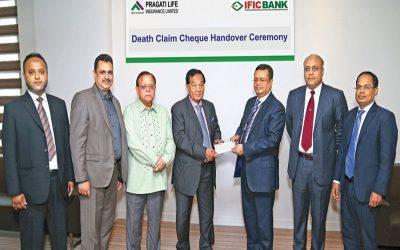 Pragati Life Insurance Limitedの会長Khalilur Rahmanが小切手を引き渡す