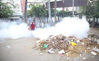 ダッカ・サウス・シティ社員の殺虫剤散布