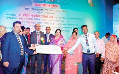 バングラデシュの議会議員が小切手の複製を渡す