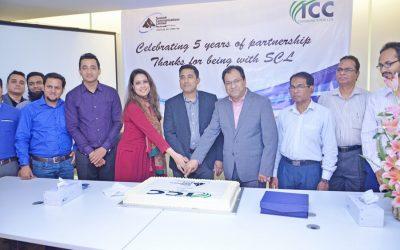 5年間のビジネスパートナーシップを祝うICCコミュニケーションとサミットコミュニケーションズ株式会社