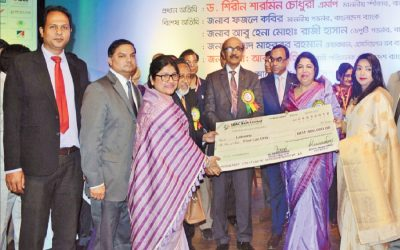 Shirin Sharmin Chowdhury博士がTk 0.4百万ドルの小切手を女性起業家に引き渡す