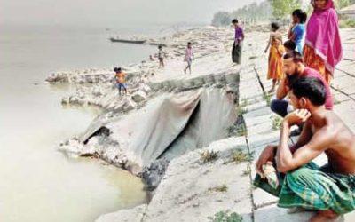 堤防心配の突然の崩壊Sirajganjの村人