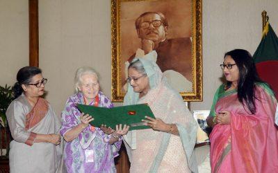 PMがB'desh市民権証明書をLucy Helenに渡す