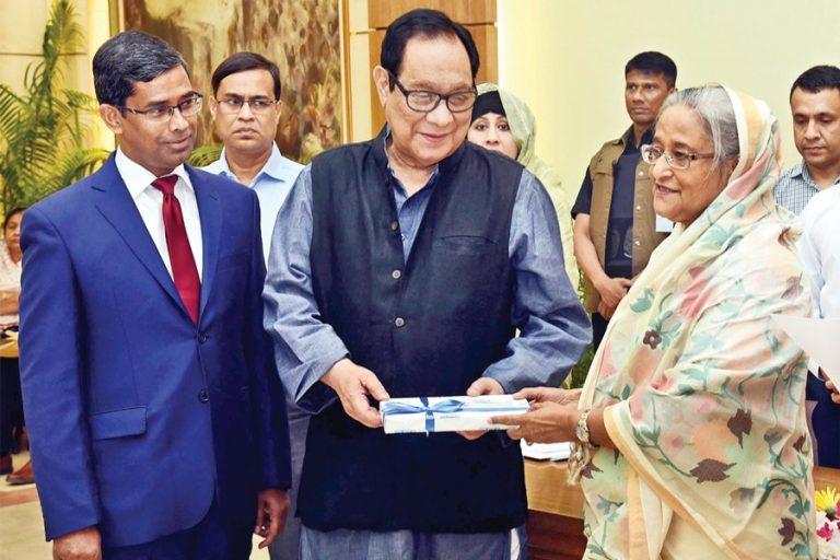 シェフ・ハシナ首相がBank Asiaの会長であるRouf Chowdhuryから5,000万tkの小切手を受け取った