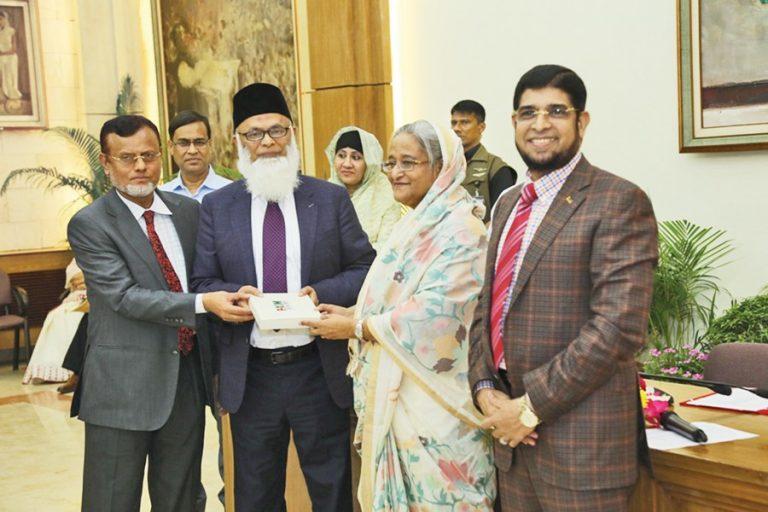 Sheikh Hasina首相は、EXIM銀行の会長から1億1,000万tkの小切手を受け取った