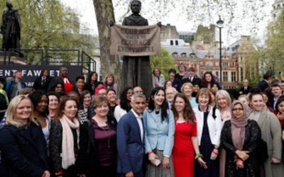英国の芸術家ジリアン・ウェアリング(中央)が写真を撮っているように反応し、Sadiq Khan市長(左から中央)