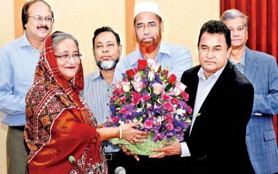 AHMモスタファ・カマル企画大臣、シェイク・ハシナ首相に花束を挨拶