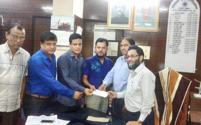 チェックを渡しているSadharan Bima Corporation、Dhaka Zoneのゼネラルマネジャー(cc)Md Fazlul Haque