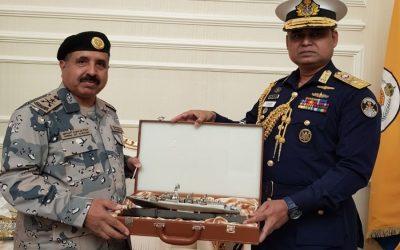 バングラデシュ沿岸警備隊長官Aurangzeb Chowdhury大将はサウジボーダーガードの長官に記念品を渡した