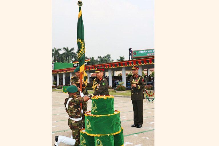 バングラデシュ陸軍長官Abu Belal Muhammad Shafiul Huq国連旗を提示