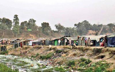 ミャンマー国境警備隊のメンバー(フレームにはない)はロヒンギャの間でパニックを起こし、