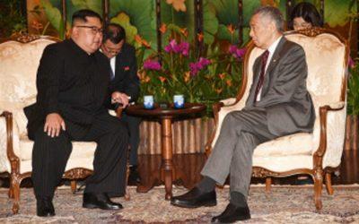 北朝鮮の金正日(キム・ジョンウン)総書記(左)は、シン・シン首席秘書官と会談し、