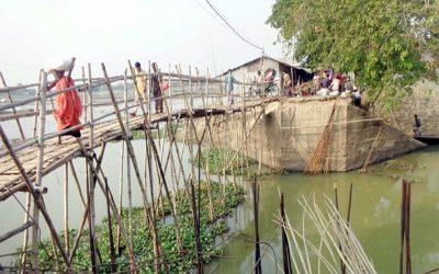 人生を危険にさらす竹の橋を渡る人々