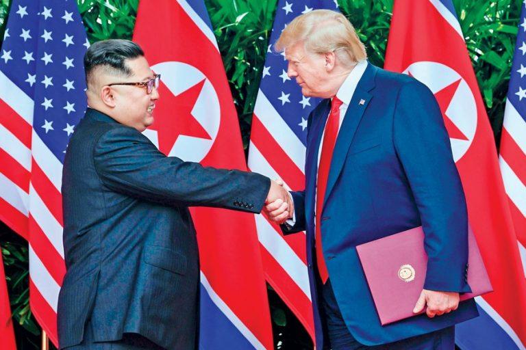北朝鮮の金正日(キム・ジョンウン)大統領とドナルド・トランプ大統領の握手