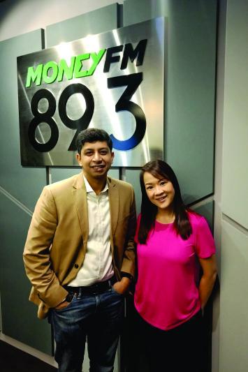 ラベス・カーンはシンガポールのラジオ番組に出演