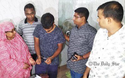 母親は告発された息子を警官に渡す