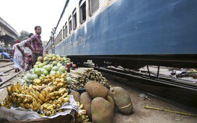 不法に設立された台所市場で果物を売っている小トレーダー