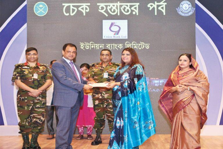 ユニオンバンクリミテッドの追加マネージングディレクターABM Mokammel Hoque Chowdhuryが小切手を引き渡す