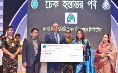 最初のセキュリティ責任者Islami Bank Ltd. Syed Waseque Md。Ali氏が小切手を引き渡す
