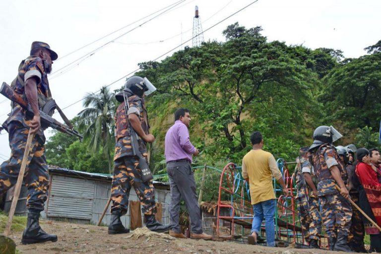 丘陵から住民を避難させるチャット・グラムの地方行政
