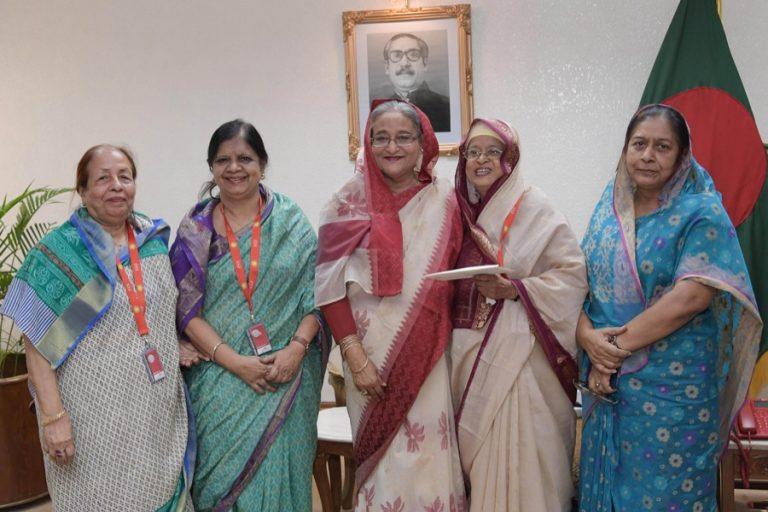 彼女の公邸Ganobhabanで写真のためにポーズを取るSheikh Hasina首相