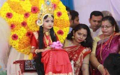 女の子はクマリPujaを祝うために花で飾られています