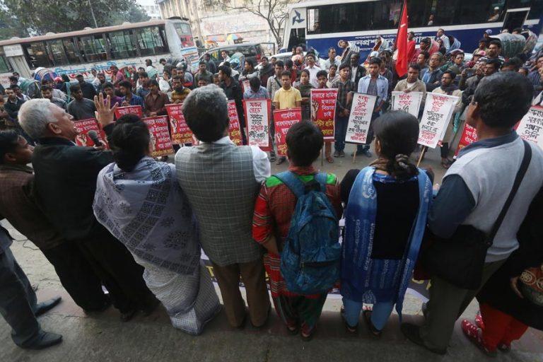 衣服労働者の権利運動のメンバーは、人間の鎖を形成しました