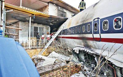 イランで軍用貨物飛行機が墜落、15人が死亡